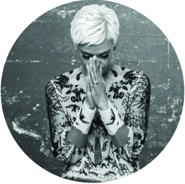 Black and white photo of Mariza, with her hands clasped together in front of her face with her eyes closed looking down